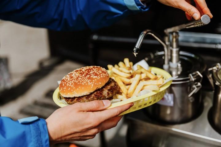 Feine Burger warten am Foodtruck