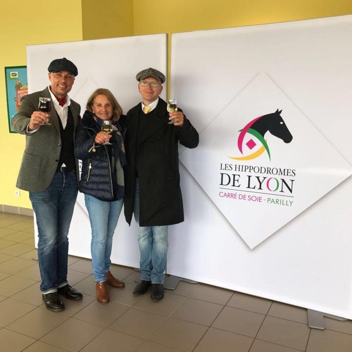 Trainer Michael Figge mit Besitzer Marc Hänni nebst Gattin bei der Sieger-Ehrung in Lyon